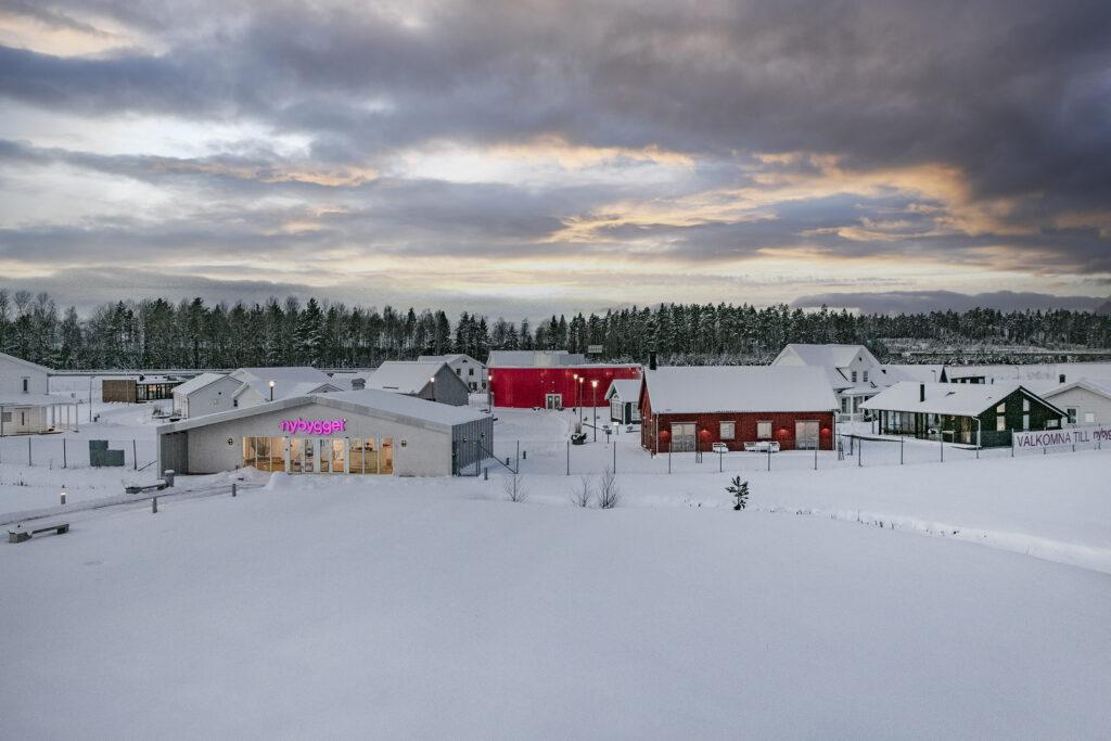 Vinterbild på Nybygget, Arlanda. Kvällsljus med fin solnedgång.